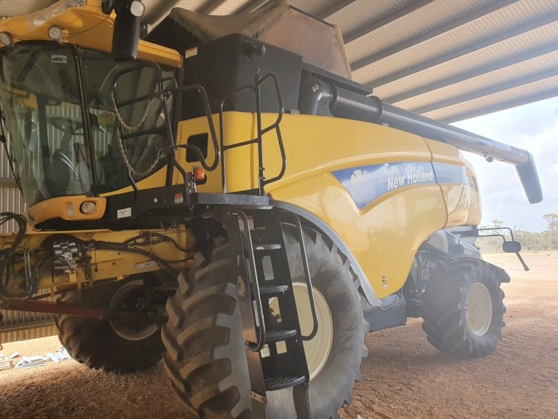 2009 New Holland CX8080 Header with 39ft Honeybee Front