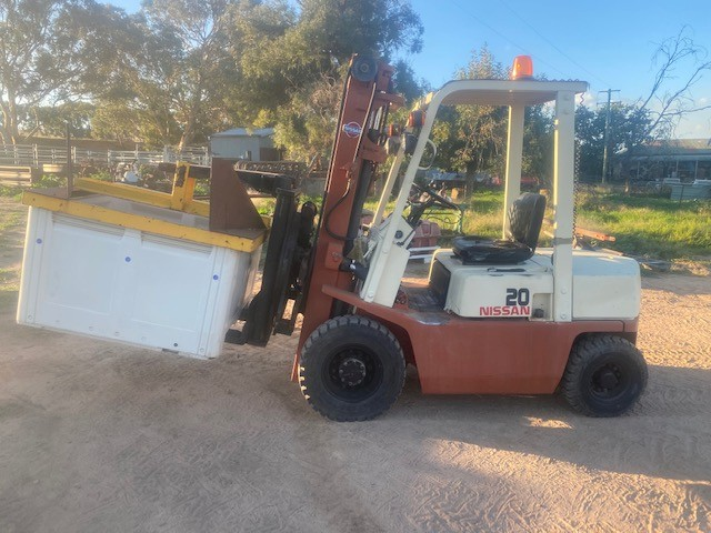 Nissan 2 tonne forklift with bin rotater