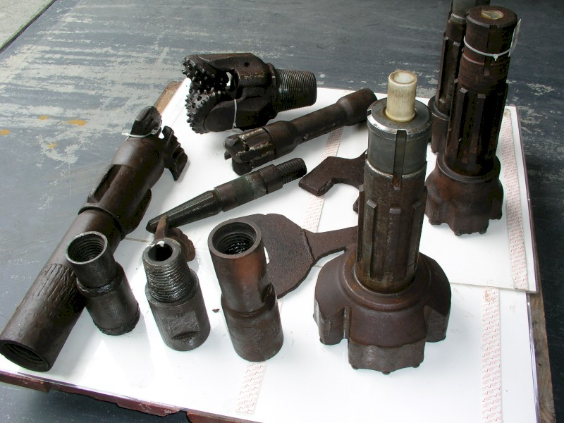 ASSORTMENT OF WATER BORE DRILLING TOOLS AND ACCESSORIES  / ASSORTMENT OF BORE DRILLING TOOLS AND ACCESSORIES - 1 SET
