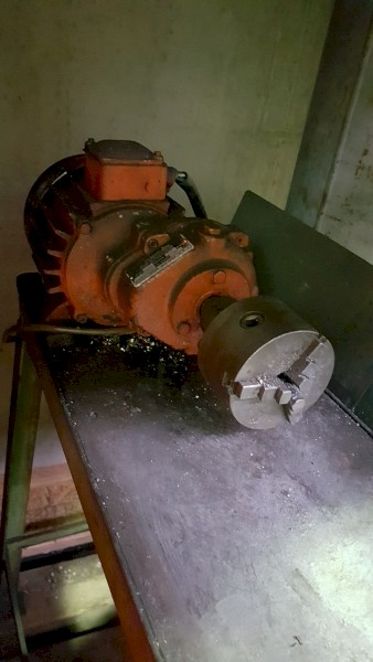MSL 890 - MACHINNING TABLE WITH CHUCK, GEAR BOX AND SUMP PUMP