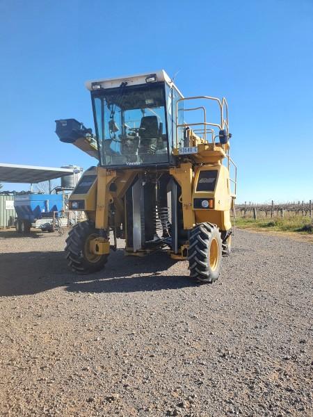 URM Vinestar 1000 Grape Harvestor